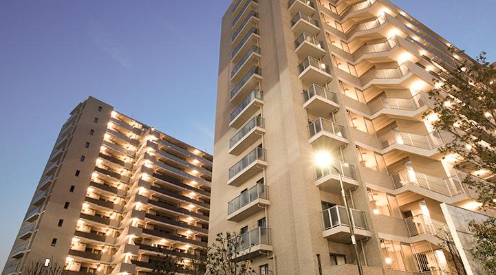 街灯が点灯しているマンションの画像