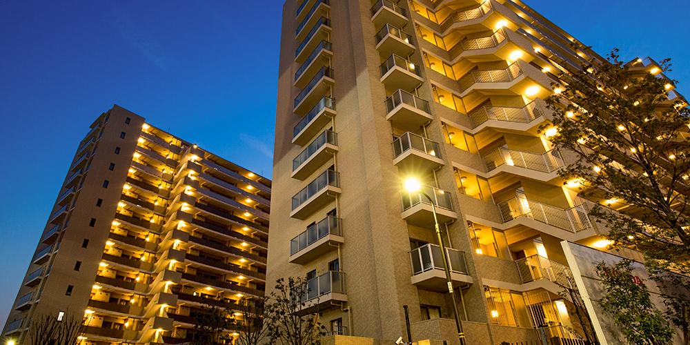 電気が点灯しているマンションの写真